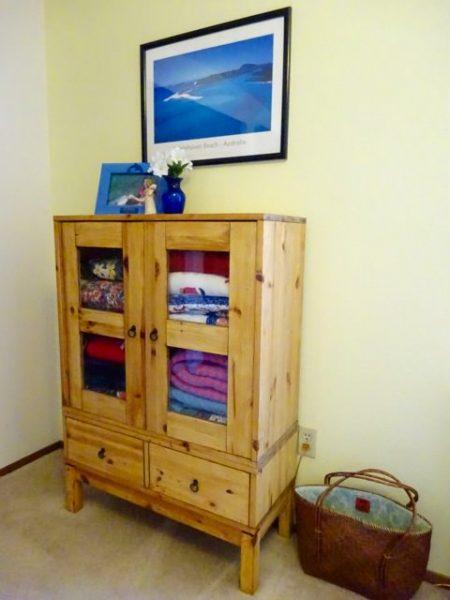Blanket storage cabinet