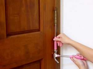 How to take a door off the hinges