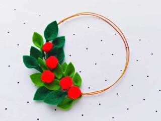 felt holly leaves and berries minimalist Christmas wreath